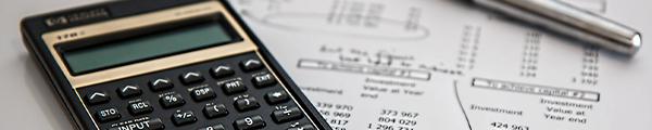 Taschenrechner neben Rechnungen