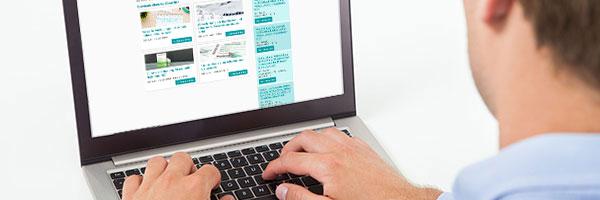 Mann am Laptop sucht DAW Seminare zu Steuern, Recht und Wirtschaft